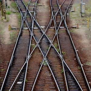 lr-dq-shift-tracks-with-crossing-train-tracks